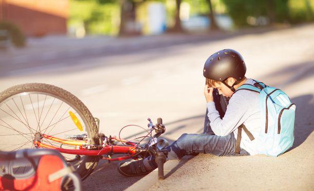 9-vuotias pyöräilijä ei saanut apua autoilijalta, joka todisti kaatumista aitiopaikalta. Kuvituskuva.