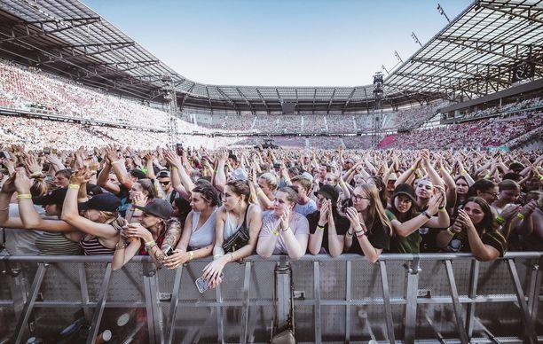 Artisti esiintyi kesäkuussa Itävallassa, jolloin yleisöä oli myös runsain määrin paikalla.