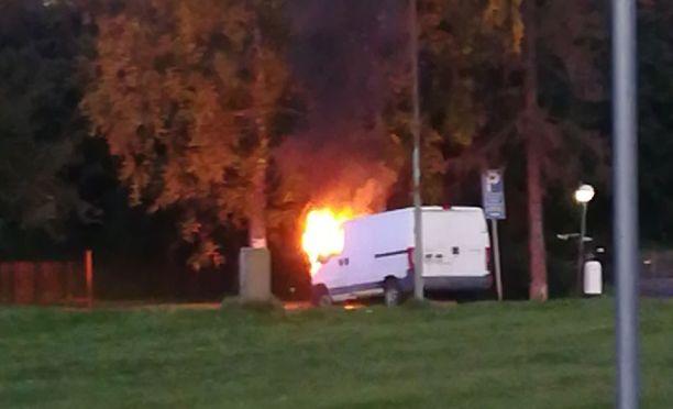 Pakettiauto roihusi näyttävästi Tikkurilassa. Paloautot kurvasivat paikalle pian kuvan ottamisen jälkeen.