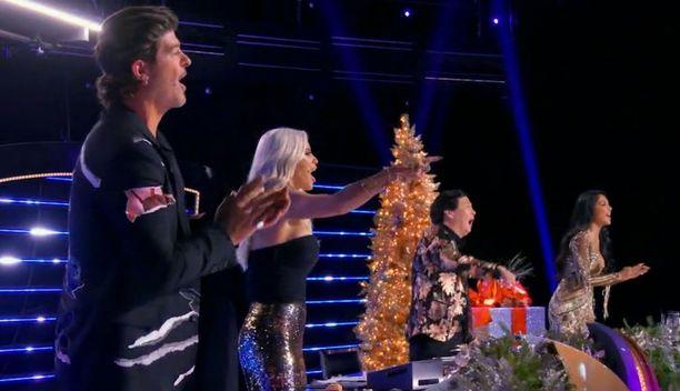 Panelistit Robin Thicke, Jenny McCarthy, Ken Jeong ja Nicole Scherzinger taputtivat voittajalle.