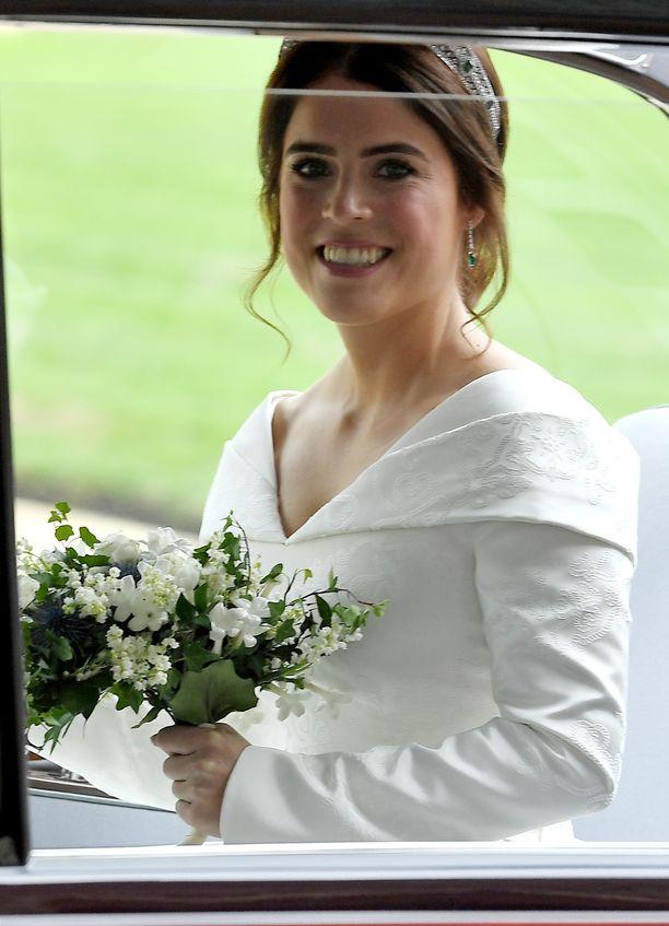 Prinsessa Eugenie saapui hymyillen vihkikappeliin.