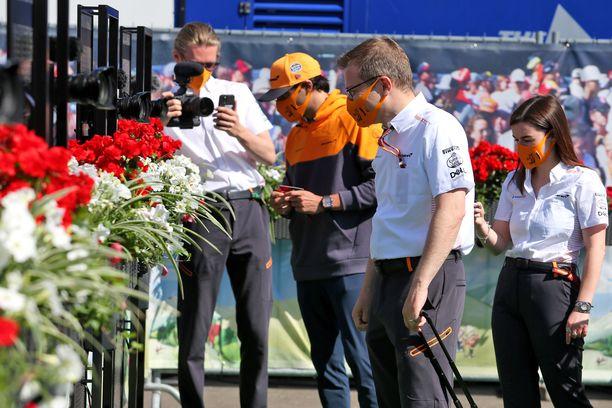 McLarenin tallipäällikkö Andreas Seidl näytti mallia kasvomaskin käytössä.