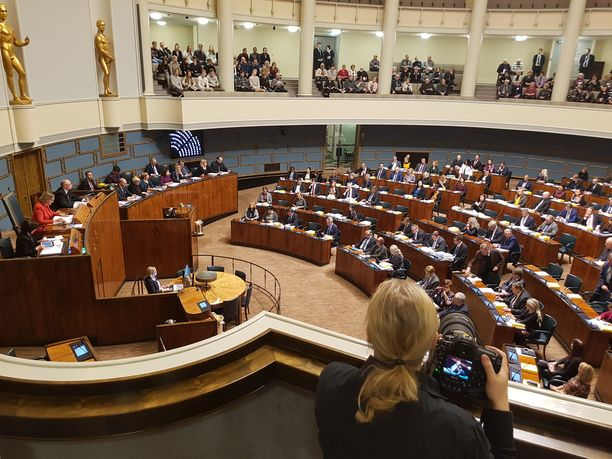 Eduskunta täysistunnossa. Arkistokuva joulukuulta 2018. Kuvassa näkyy istuntosalin vasen laita ja osa keskustaa.
