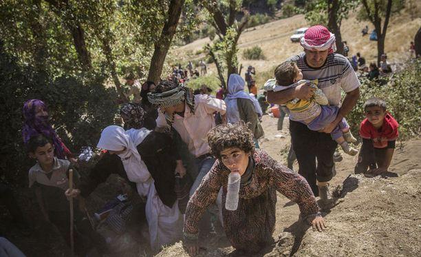 Kuva elokuulta. Ryhmä Isisiä paenneita jesidejä saapumassa Sirnakiin Irakin ja Turkin rajalla.