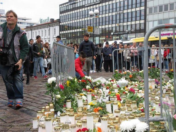 Ihmiset muistivat Turun joukkopuukotuksessa ja epäillyssä terrori-iskussa kuolleita ja haavoittuneita.