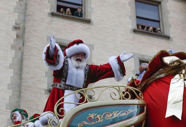 Näin iloisesti jouluparaatia juhlittiin viime vuonna New Yorkissa. Tänä vuonna korona saattaa laittaa koko joulun vaakalaudalle – ainakin jouluesiintyjien mukaan.