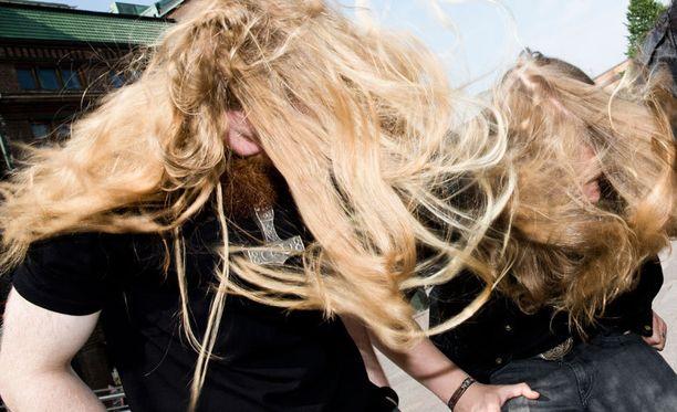 Etsivä löytää tukkajumalia esimerkiksi Tuska-festivaaleilta.
