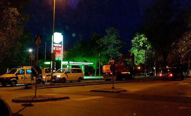 Ajoneuvokalustonsa viranomaiset jättivät Kivenlahden puolelle parin sadan metrin päähän.