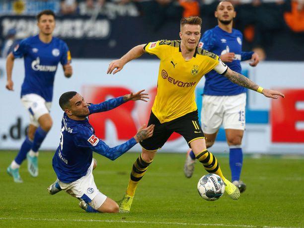 Omar Mascarell (vas.) ja Marco Reus kamppailivat pallosta viime lokakuussa. Tänään miehiä ei kuitenkaan nähdä kentällä, kun Bundesliiga palaa koronatauolta Ruhrin derbyllä.