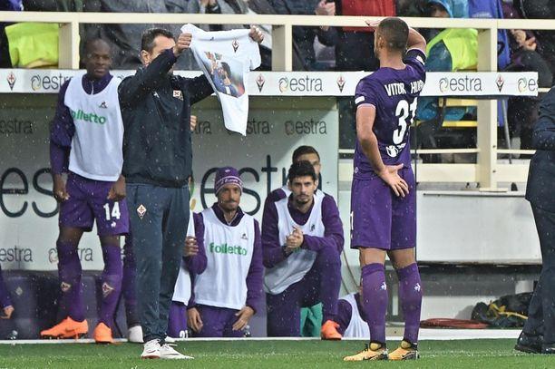Fiorentinan Vitor Hugo teki 1-0-maalin. T-paitaan on painettuna Astorin kuva.