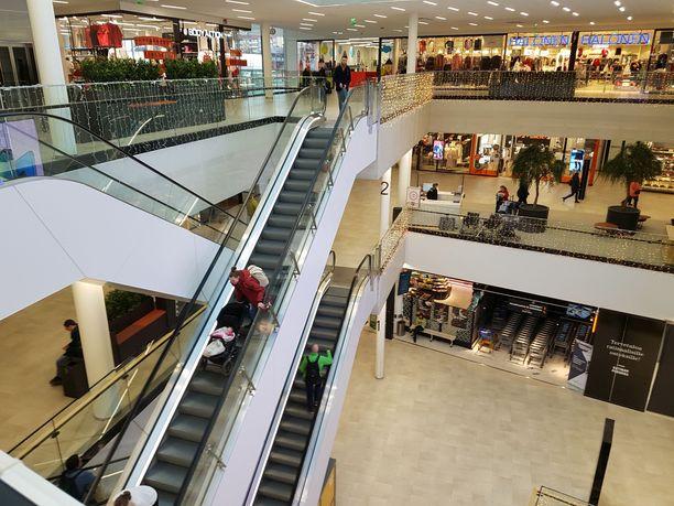 Ratinassa on kauppoja yli 120 kolmessa myyntikerroksessa.