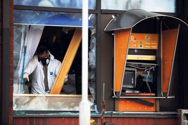 Rikollisliiga räjäytti pankkiautomaatin Pyhäjärvellä.