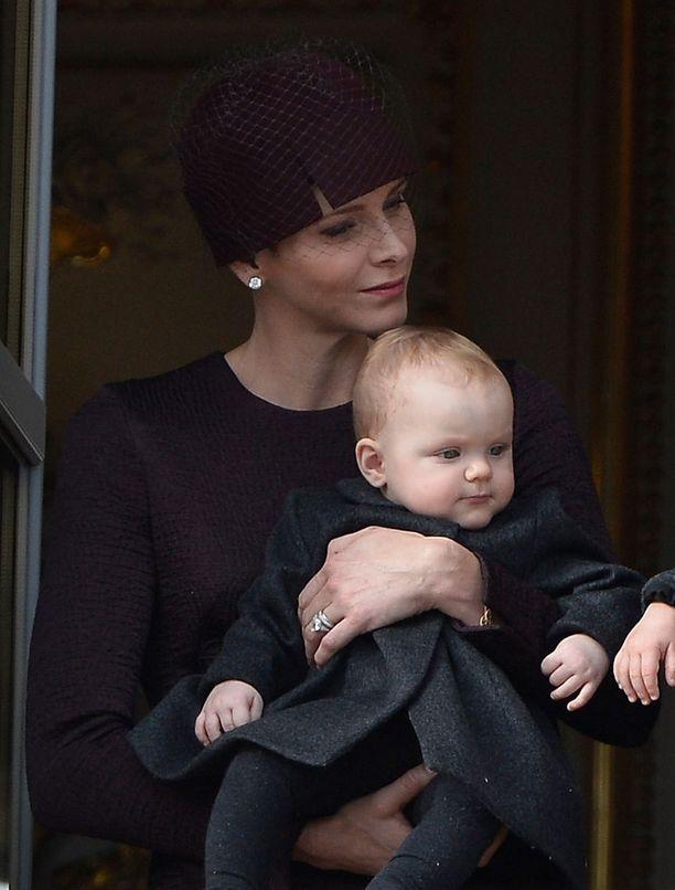 Gabriella katseli tyytyväisenä äitinsä sylistä.