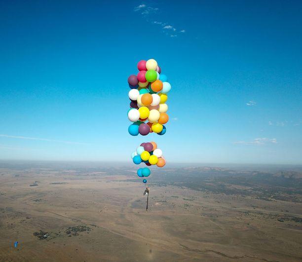 Brittimies liiteli 2,5 kilometrin korkeudessa ilmapallojen varassa. Hänellä ei ollut laskuvarjoa. .