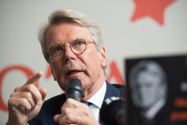 """Talousvaikuttaja Björn Wahlroos ruotii kovalla kädellä """"untuvikoista ja kevytsarjalaisista"""" koostuvaa eduskunnan perustuslakivaliokuntaa."""