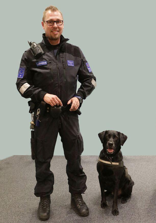 Urho-koira työskenteli yhdessä Timo Lindhlomin kanssa Helsinki-Vantaan lentoasemalla.