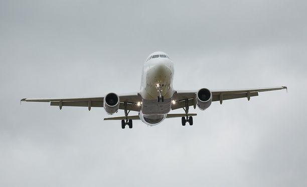 Matkustajakone joutui vaaratilanteeseen Turun lentokentällä vuosi sitten. Kuvan kone ei liity tapaukseen.