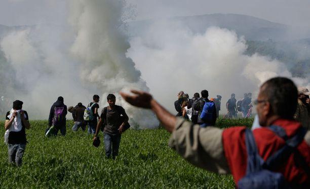 Poliisi taltutti rajan yli pyrkinyttä väkijoukkoa kyynelkaasulla.