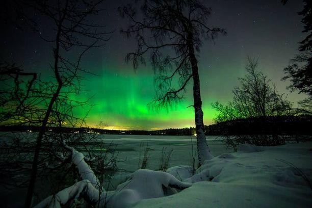 Tapaninpäivänä Kirkkonummella hieman ennen keskiyötä taivas loimusi vihreän väreissä.