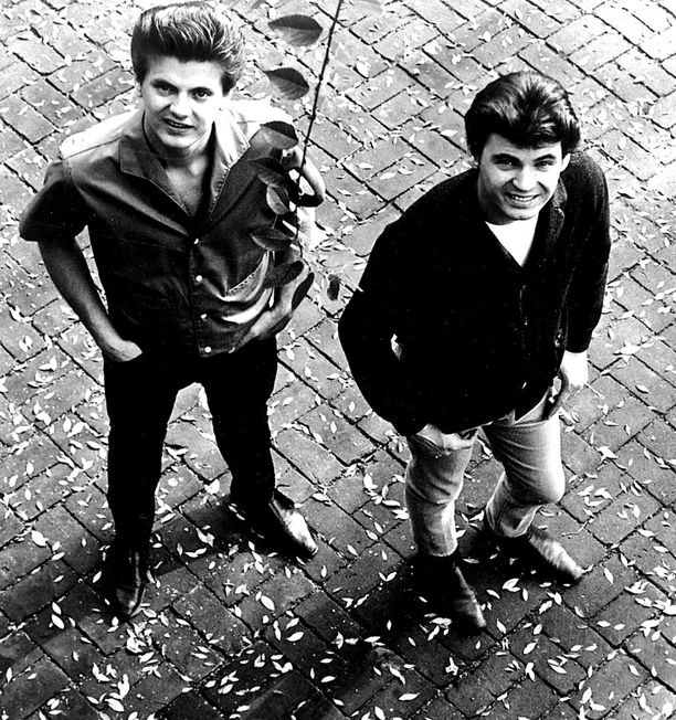Phil (vas.) ja Don Everly muodostivat The Everly Brothers -duon.