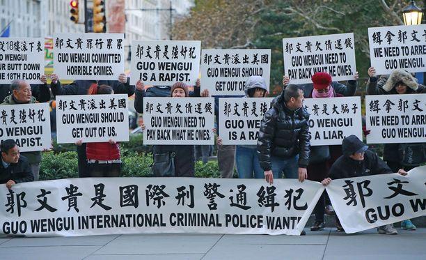 Guo Wengui herättää tunteita myös Yhdysvalloissa. Kuvassa joukko miljardööriä vastustavia mielenosoittajia, Guon asunnon edustalla Manhattanilla marraskuussa 2017.