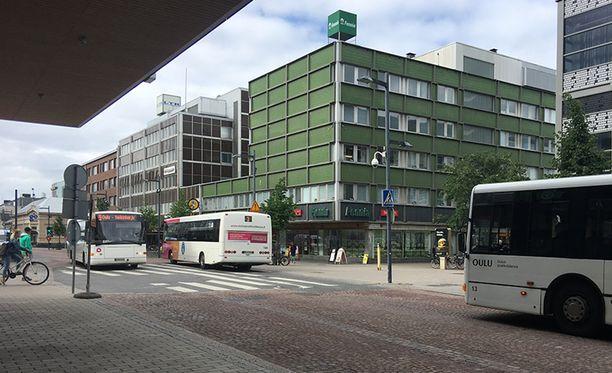 Poliisi tutkii bussikuskin ja asiakkaan välikohtausta Oulun Torikadulla sunnuntaiaamuyöllä.