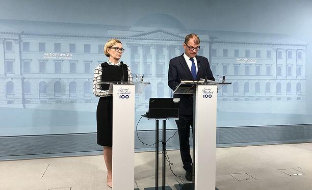 Ensimmäistä kertaa epäillään, että Suomessa on tehty isku terroristisissa tarkoituksissa. Pääministeri Juha Sipilä (kesk) ja sisäministeri Paula Risikko (kok) sanoivat tiedotustilaisuudessa, että he eivät siitä yllättyneet. Heidän mukaansa hallitus on käynyt läpi, miten tämänkaltaisessa tilanteessa on toimittava.