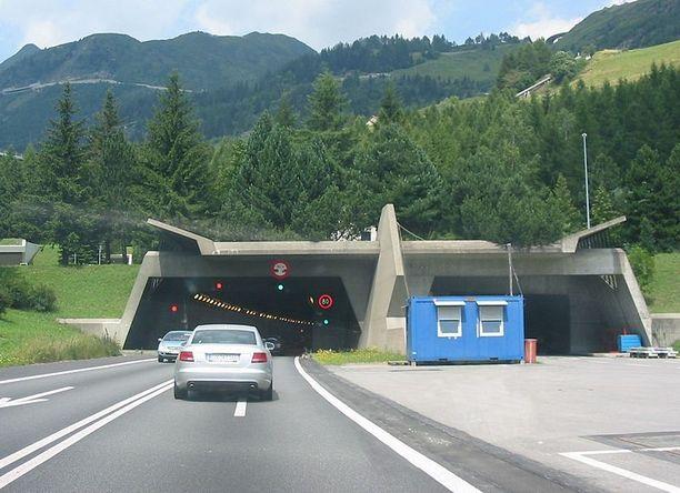 Gotthardin maantietunnelissa on kaksi kaistaa ja 80 kilometrin tuntinopeusrajoitus.