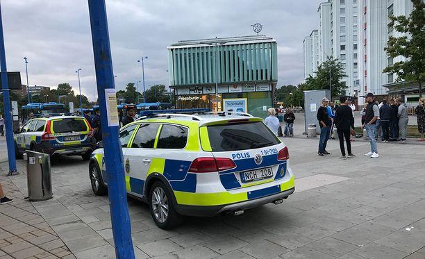 Poliisiautot pyörivät Frölunda Torgin ympärillä tiistaina.