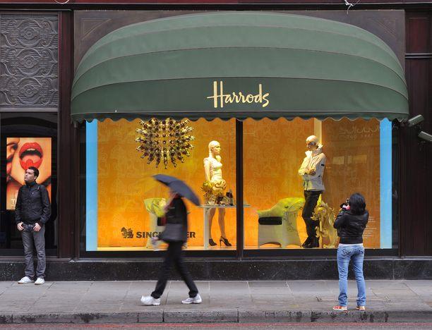 Luksustavaratalo Harrods sijaitsee Lontoon Knightsbridgen kaupunginosassa.
