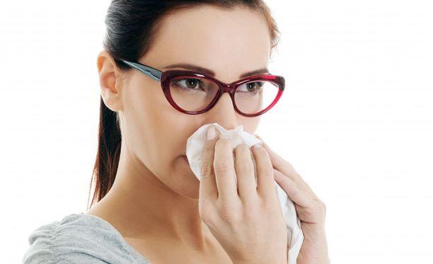 Tuoksuyliherkälle oireita aiheuttavat tyypillisimmin haju- ja partavedet, tupakansavu, hiki, home ja painomuste.