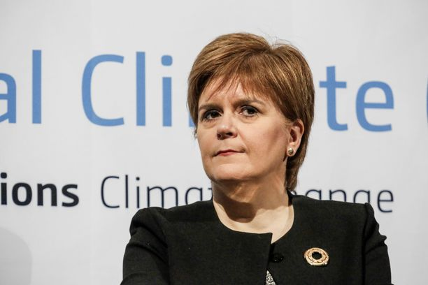 Brexitiä vastustavan Skotlannin SNP:n johtaja Nicola Sturgeon on valmis kaatamaan Mayn hallituksen.