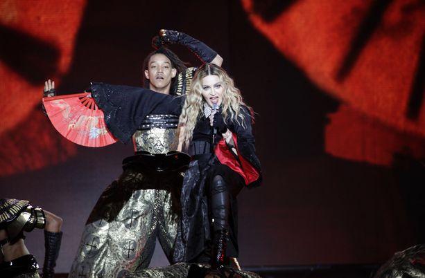 """Madonnan Tukholman-keikka oli lähellä peruuntua. """"Maailmassa on ihmisiä, jotka eivät kunnoita ihmiselämää ja tekevät anteeksiantamattomia asioita toisille. Mutta emme voi muuttaa sitä ennen kuin muutamme tapaa, jolla itse kohtelemme toisia ihmisiä"""", tähti sanoi lavalla."""