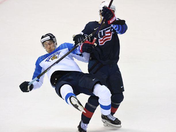 Näin USA:n Clayton Keller potkaisi takaapäin Suomen Juhani Tyrväisen kumoon ottelun jatkoajalla.