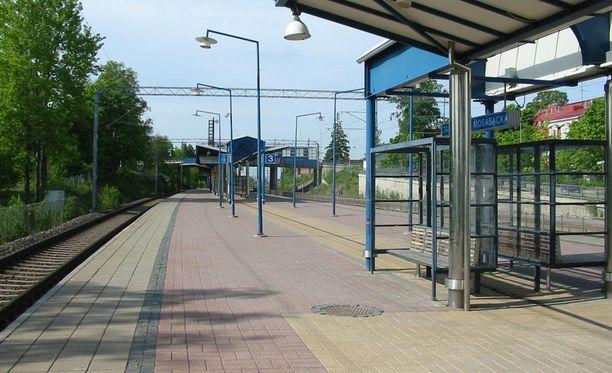 Viisi nuorta seurasivat uhria tämän noustua junasta Tapanilan asemalla.