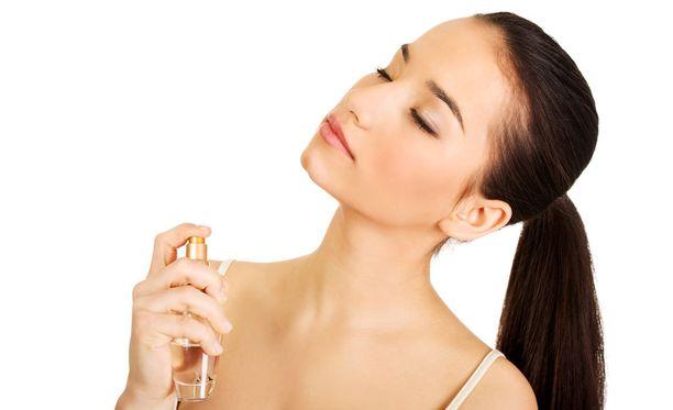 Hajuvesi asettuu hyvin solisluun kuoppiin. Avonainen kaula-aukko tarjoaa hajuvedelle tilaa erittyä iholta.