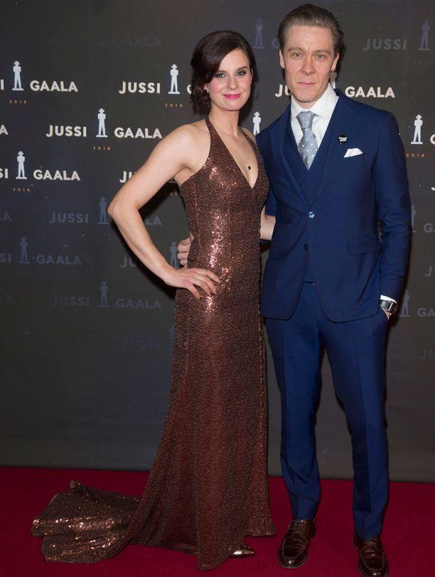 Näyttelijä saapui Jussi-gaalaan miehensä Tuukka Temosen kanssa.