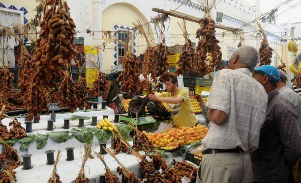 Ihmiset ostivat torilta ruokaa viime viikolla pääkaupunki Tunisissa valmistautuessaan paastokuukauteen.