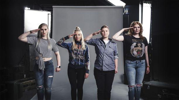 Naissotilaat-sarjassa seurataan Moonan, Piritan, Jennin ja Miisan armeija-arkea.
