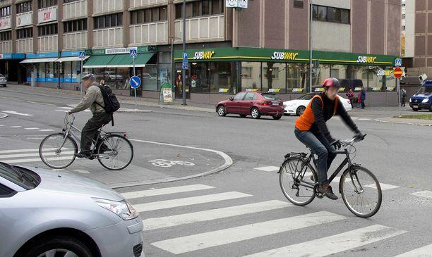 Joka neljäs autoilija kertoo joutuneensa väistämään kännykkää käyttävää pyöräilijää. (KUVITUSKUVA).