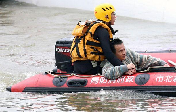 Turmasta pelastunutta miestä vietiin rantaan.