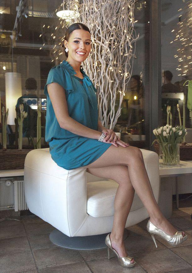 Sara Siepistä tuli Miss Suomi Pia Pakarisen luovuttua kruunustaan.