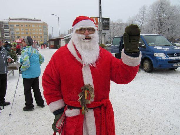 Ilkka Järvelä viettää taas jouluaattoiltaa vapaaehtoisena Tampereen yliopistosairaalan ensiavussa. Hän tuo tuulahduksen joulusta sairaille ja erityisesti lapsille.