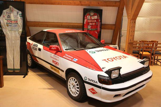 Tällä Toyota Celicalla Bosse ajoi vuotta 1990. Autoon on haussa samanlaiset penkit, mitkä siinä oli Grönholmin aikana.