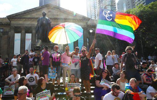 Ihmiset kerääntyivät odottamaan äänestystulosten julkistusta keskiviikkoaamuna Australian Melbournessa.