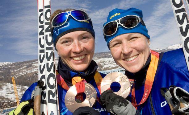 Aino-Kaisa Saarisen ja Virpi Kuitusen (vas.) välillä kipinöi, vaikka he voittivat yhdessä paljon viestikisoja. Kuva Torinon olympiakisoista vuodelta 2006.