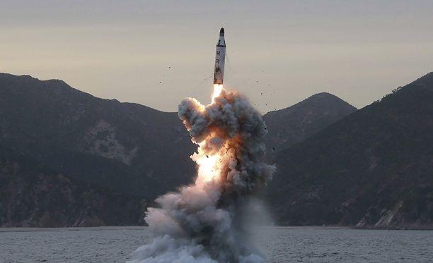 Tässä Pohjois-Korean uutistoimiston julkaisemassa päiväämättömässä kuvassa ammutaan ohjus veden alta, ilmeisen onnistuneesti.