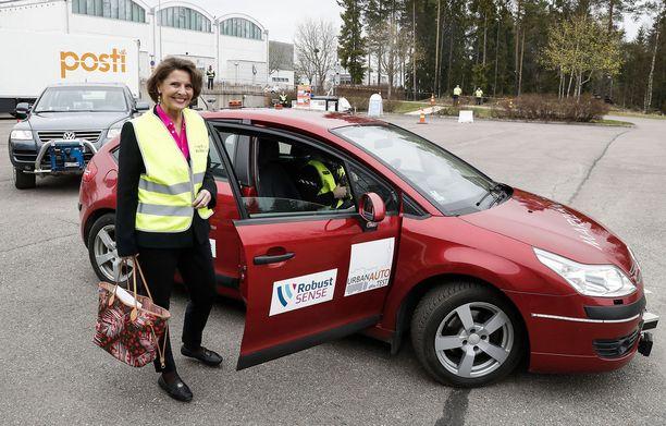 Liikenneministeri Anne Berner avaa teesejään Finlandia-talolla. Kuvassa olevat VTT:n autonomiset robottiautot Berner on jo koeistunut.