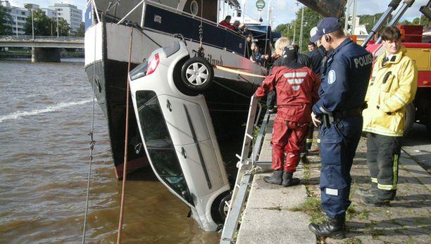 Autoa nostettiin joesta torstaiaamulla.