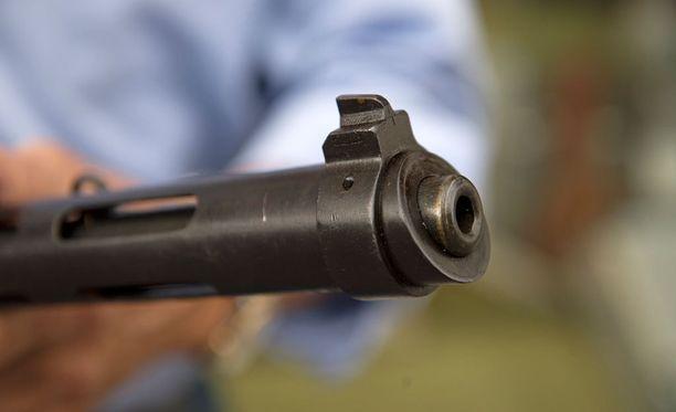 Ampujat käyttivät myös pistooleja. Kuvituskuva.